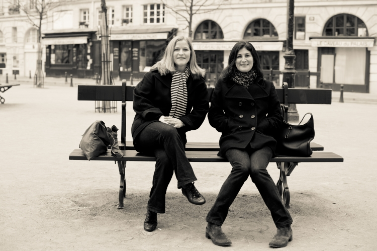 best friends photo shoot in Paris